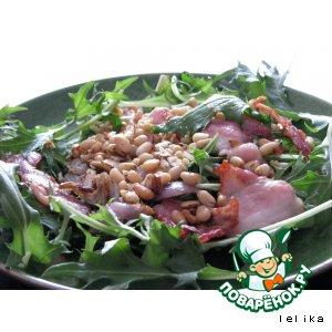 Теплый салат с беконом и орехами