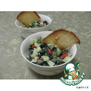 Огуречный салат с маслинами и перцем чили