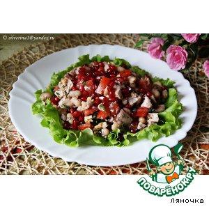 Салат с курицей, фасолью и гранатом