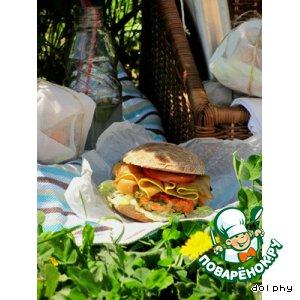 Бургер с семгой и маринованными кабачками
