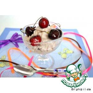 Мороженое на клубничном сиропе
