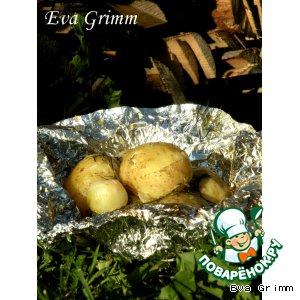 Молодой сливочный картофель с луком на углях