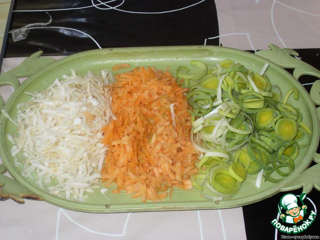 Морковь и сельдерей почистить и натереть на крупной терке. Порей нарезать колечками.