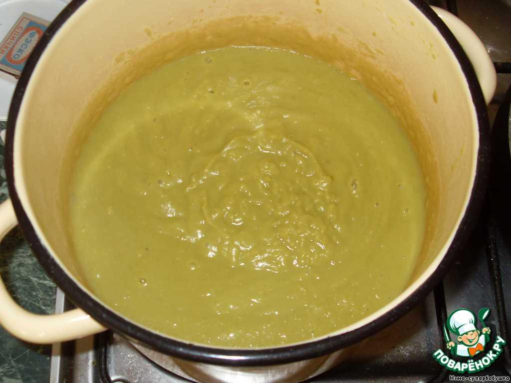 Когда горох будет готов, косточки удалить. Слить бульон в чашку. К гороху добавить пассерованные овощи и картофель и тщательно взбить блендером до однородного шелковистого пюре. Добавить соль, перец и кориандр. Разбавить пюре овощным бульоном до нужной вам консистенции.