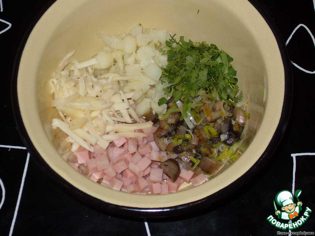В миску выложить ветчину, грибы с луком, разделенную на маленькие соцветия капусту. Добавить зелень и немного сыра. Все перемешать.