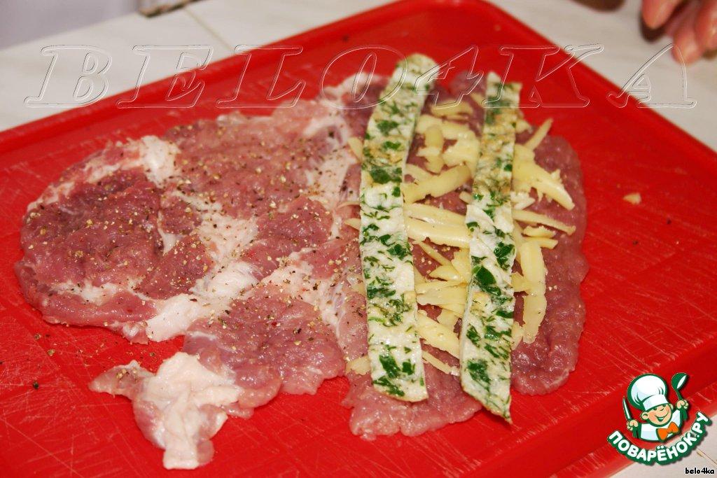 Посыпем чуток тертым сыром,   выложим на них по 2-3 полоски омлета