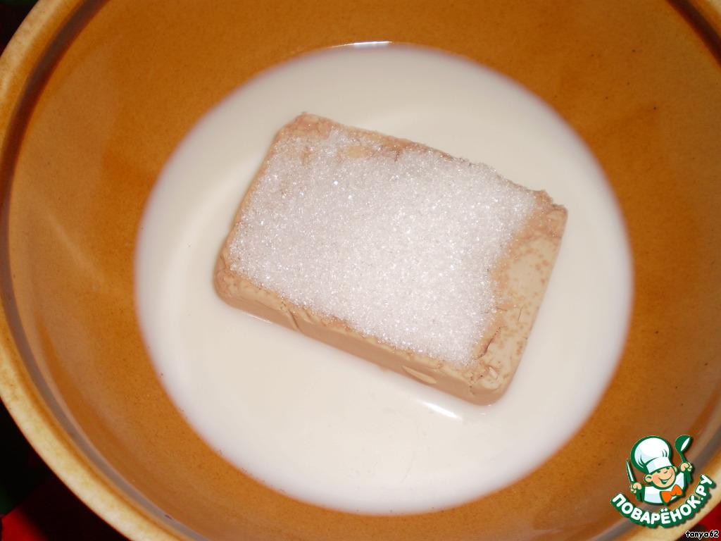Положить дрожжи в мисочку, добавить 2 чайные ложки сахара и 50 мл теплого молока. Растереть, поставить в теплое место. Должно подняться шапкой.