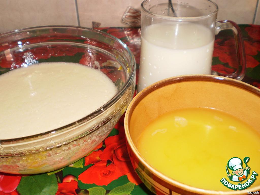 Маргарин растопить и теплым добавить во взбитые яйца. Сюда же добавить теплое молоко.