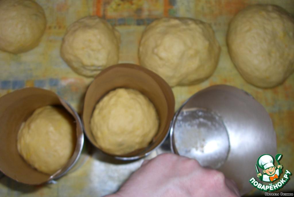 Формы я использую разные - в том числе и баночки от консервов, например от ананасов, дно смазываю маслом и обсыпаю сухарями панировочными, а чтоб легко вынуть куличи-по стенкам выстилаю пергаментом.