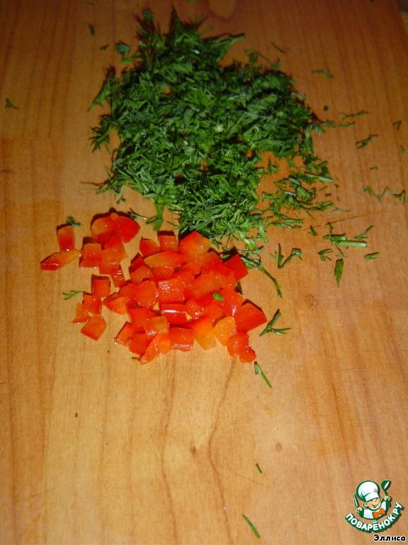 Сладкий перец нарезаем мелкими кубиками, измельчаем зелень