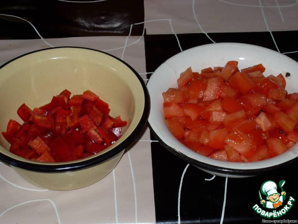 Из перца вынуть сердцевину и семена, нарезать перец и помидор на небольшие кусочки.