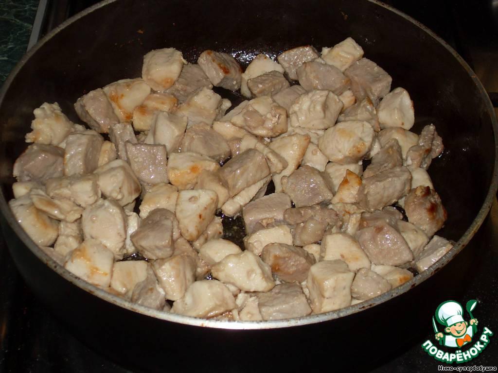 Разогреть масло в глубоком сотейнике (или сразу в кастрюле), добавить мясо и обжарить его на довольно сильном огне до легкой румяности.