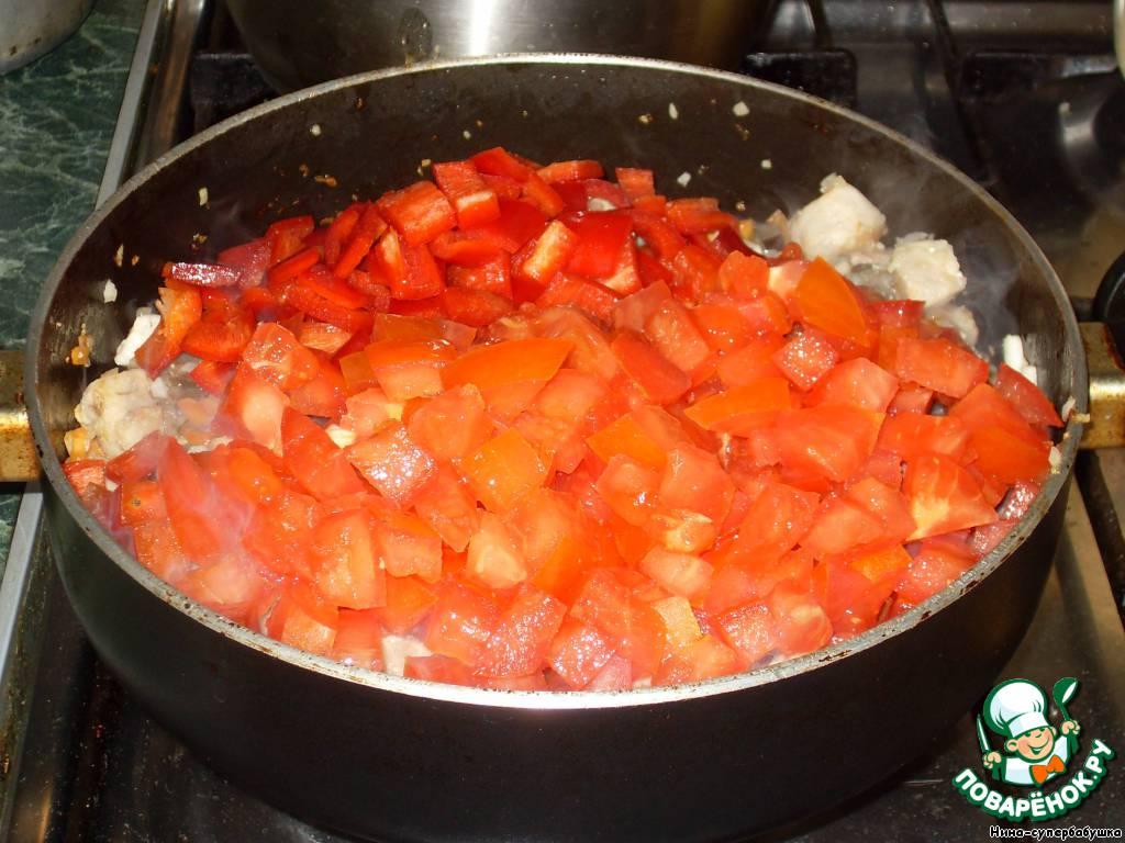 Добавить перец и помидоры, тушить на среднем огне 15 минут.