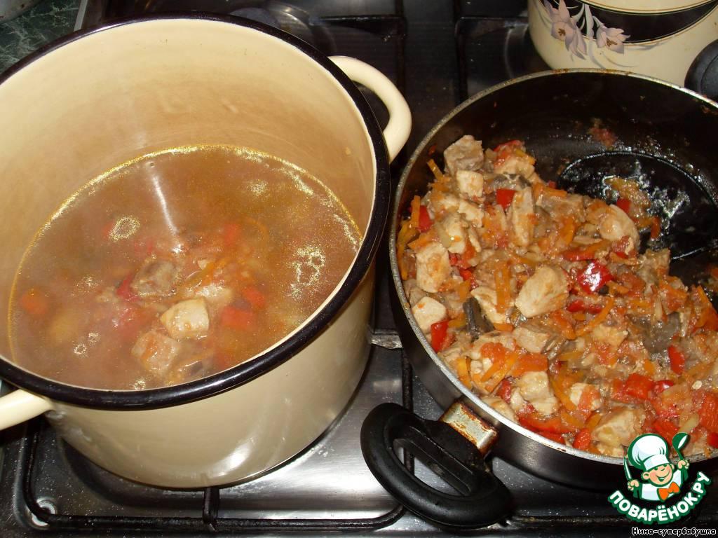 В кастрюлю с 1,5 литрами горячей воды или бульона выложить содержимое сотейника. Или, если готовили зажарку сразу в кастрюле, просто залить водой или бульоном.