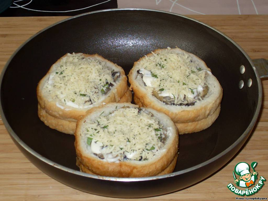 Посыпать немного натертым на мелкой терке сыром.