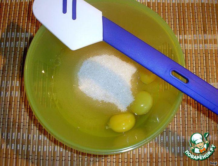 Яйца растереть с сахаром.