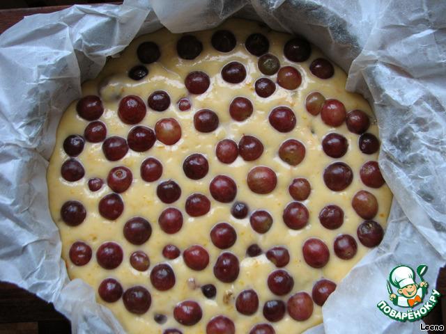 Форму помещаем в разогретую духовку на 15 минут, затем вынимаем, сверху разбрасываем оставшиеся ягоды, аккуратно вдавив их в пирог и возвращаем в духовку еще на 30-40 минут. Готовность проверяем палочкой.       На этом шаге я допустила ошибку - выложила все ягоды сразу, забыв предварительно 15 минут подержать пирог в духовке. Поэтом ягоды сверху получились немного сморщенными :-)