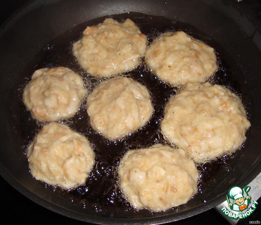Мокрыми руками формируем шарики и выкладываем их в разогретое масло. Обжариваем с двух сторон до золотистой корочки.   Можно кушать с конфитюром. Мы любим со сметаной.