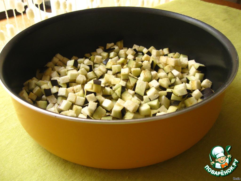 2. Баклажан нарезать маленькими кубиками, посолить, оставить на 10 мин.