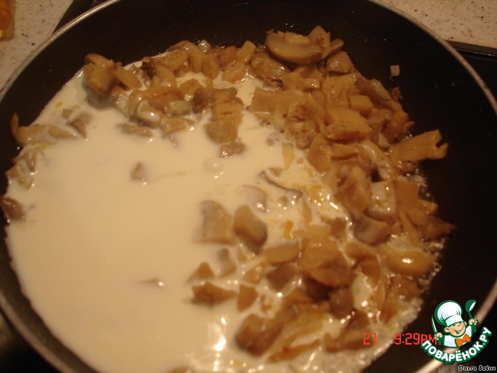 Грибы и лук порезать и пассировать на сливочном масле минут 10, добавить сливки, соль, специи, прожарить еще минут 5.