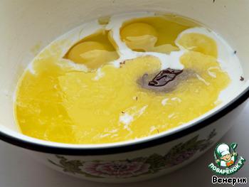 """Для теста смешать сначала """"мокрые"""" ингредиенты: кефир, 2 яйца, 1 белок, растопленный черный шоколад, растопленное сливочное масло, 100 г сахара."""