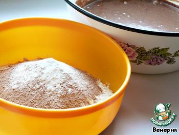 Потом сухие: муку, какао, разрыхлитель, чайную соду.