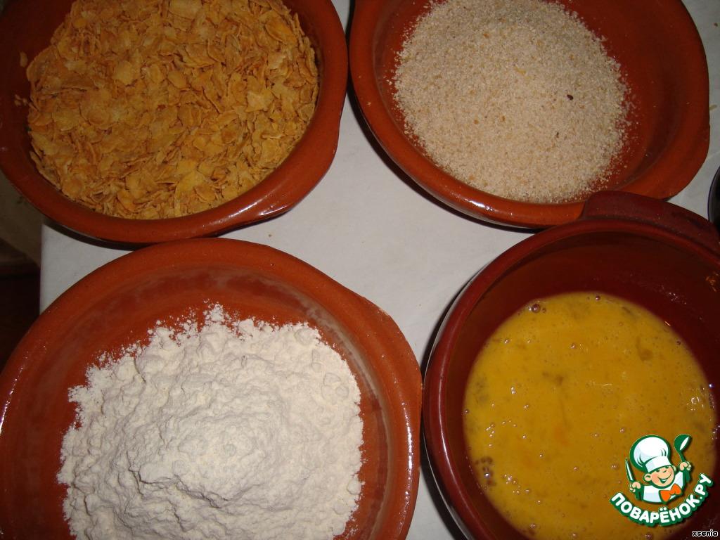 Подготовим все для панировки. Мука + яйца + панировочные сухари. Или неглазированные (несладкие кукурузные хлопья, которые надо предварительно немного измельчить).