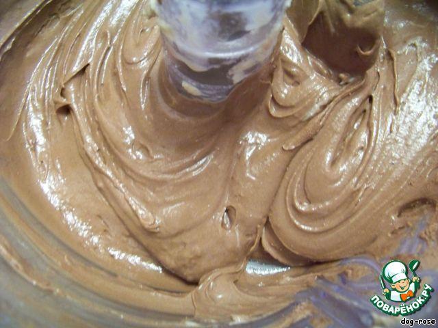 Во вторую часть теста добавляем кефир (или молоко) и какао (какао-порошок я всегда беру горький, без добавок).