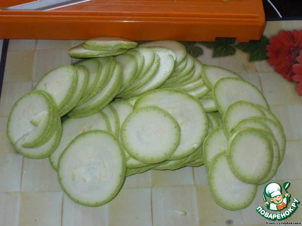 Кабачок вымыть и нарезать очень тонкими кружочками. Лучше всего это сделать при помощи овощерезки Бернера.