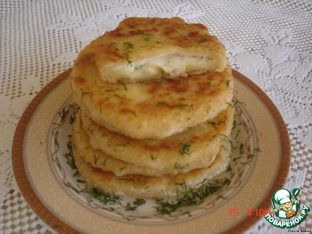 Жарим на разогретой сковороде с маслом, с двух сторон,   готовые присыпать зеленью.