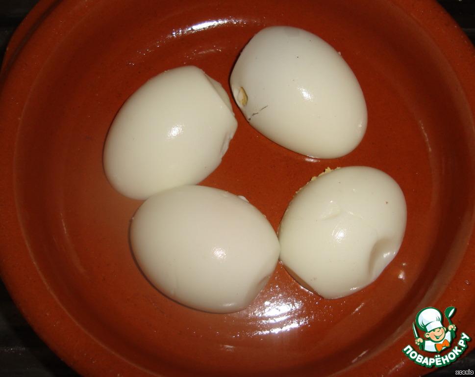 Здравствуйте!!!   Расчет ингредиентов на три порции.    Итак! Вареные яйца чистим и режем на две половины. Кладем в форму для запекания или в порционные формы желтком вниз.