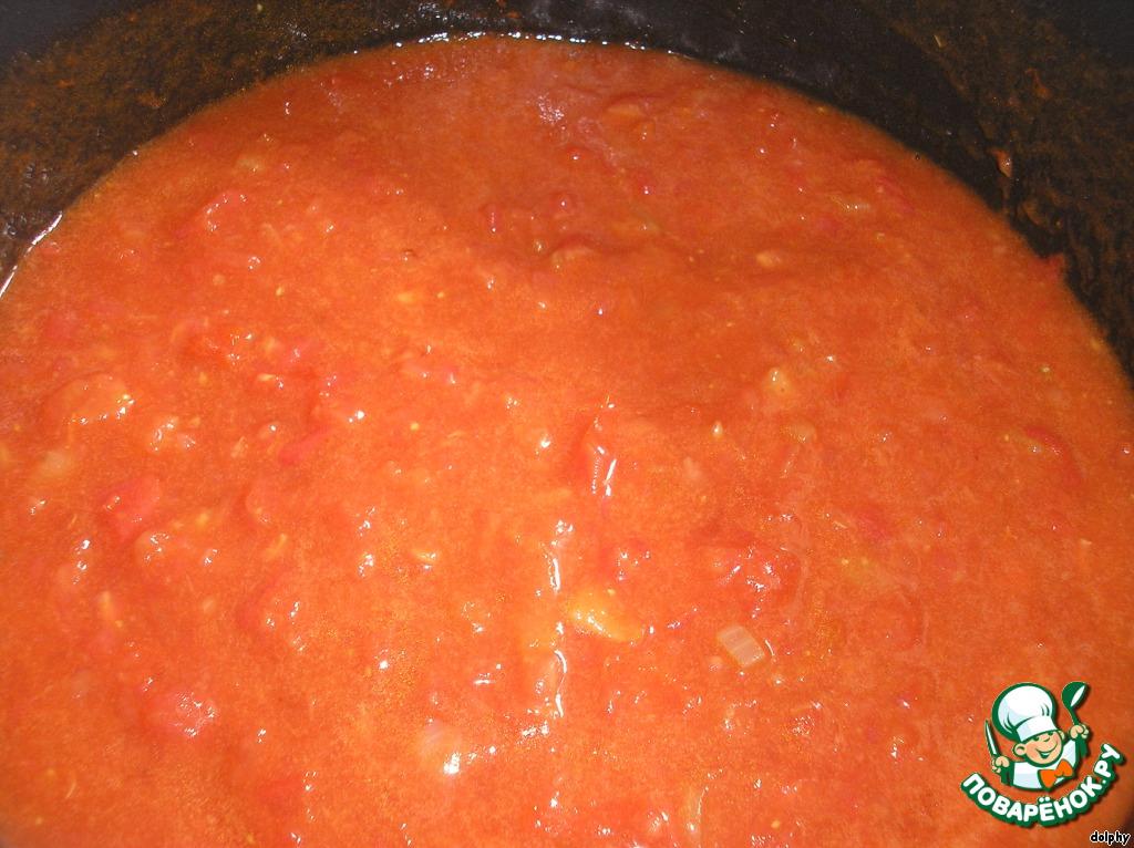 Добавьте помидоры. Доведите до кипения. Убавьте огонь и поварите минут 10 - 15.