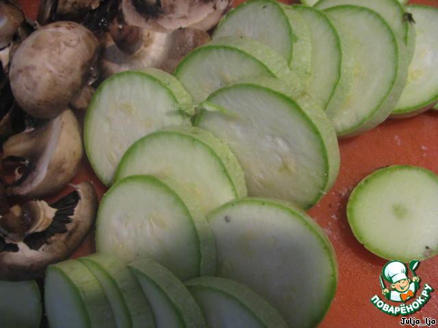 Подготавливаем овощи: если нужно очищаем, нарезаем произвольно. Можно немного посолить - по вкусу.