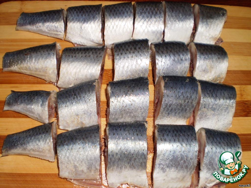 Приготовить сельдь, почистить, обрезать плавники, головы, помыть.    Нарезать кусочками примерно по 5 сантиметров. Посолить по вкусу.