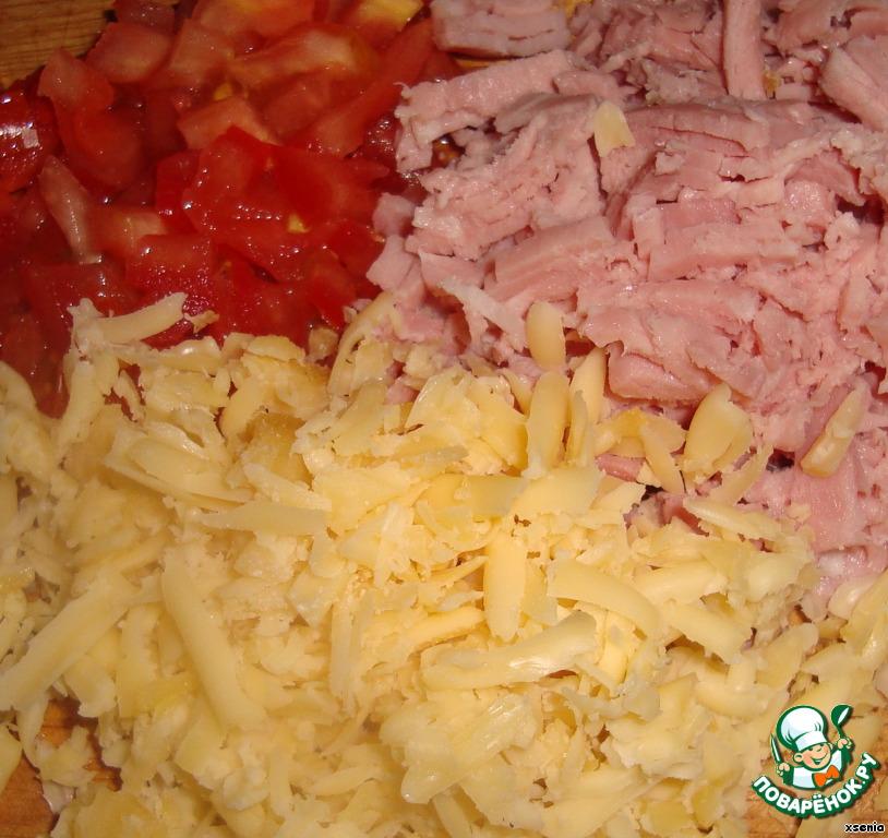 Мелко режем ветчину, помидор - это в данном случае (грибы, перец сладкий, оливки, зелень и т. п., в общем то, с чем вы любите обычную пиццу. Каждый делает на свой вкус)