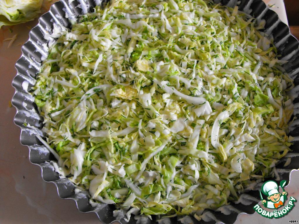 Форму смазать сливочным маслом и выложить в неё капусту