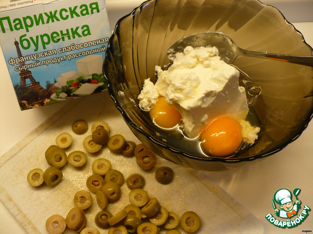 Пока запекался и остывал наш перец, приготовим начинку. Фету (или брынзу) перемешать с яйцом и нарезанными оливками (можно без них).