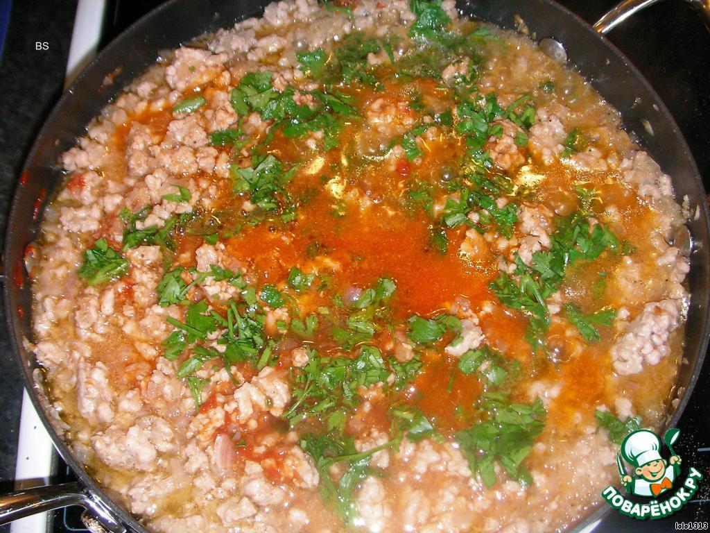 В другую посуду влить немного оливкового масла, обжарить в нём немного мелконарезанный репчатый лук, добавить мясной фарш, постоянно его переворачивать до изменения цвета,