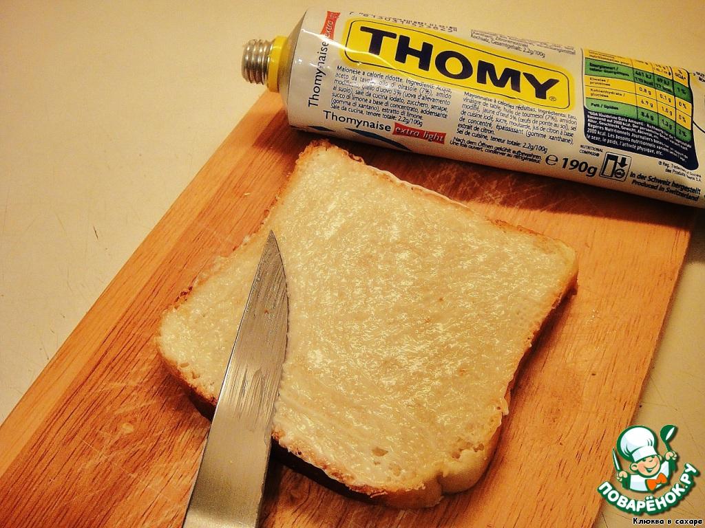Как только бульон начнёт немного густеть, можно заняться бутербродами.   Каждый ломтик хлеба совсем чуть-чуть смазываем майонезом, а дальше подключаем фантазию и оформляем каждый бутерброд по своему вкусу. Ниже привожу несколько вариантов.