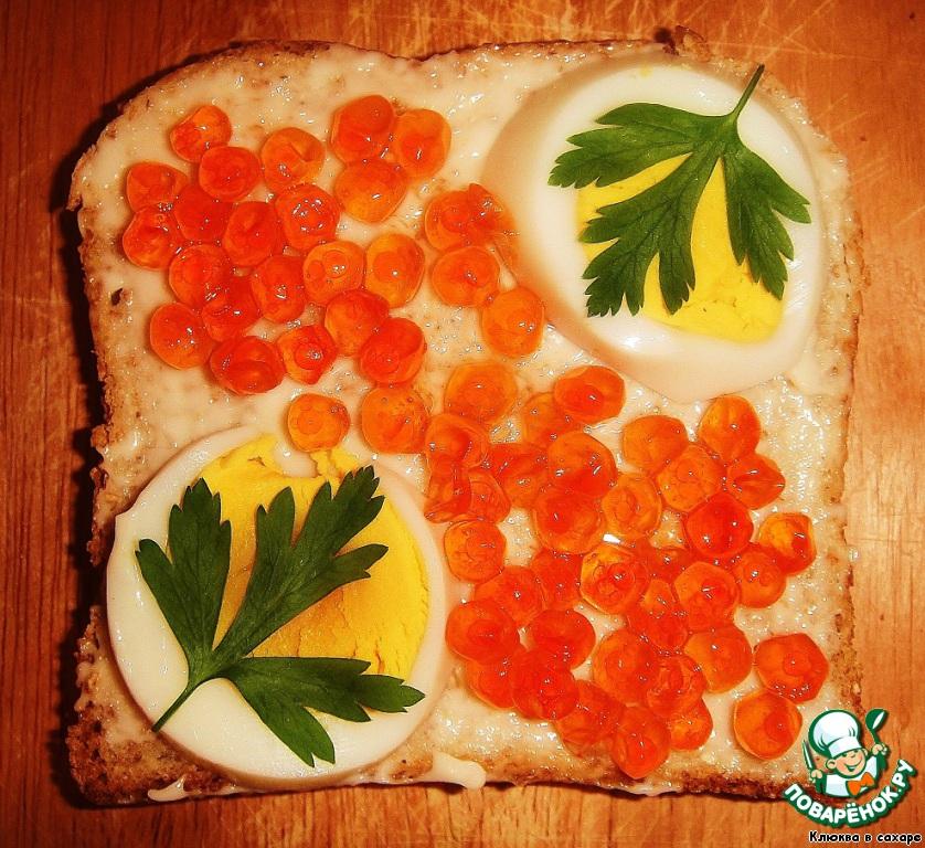 Варёное яйцо, красная лососёвая икра, зелень.