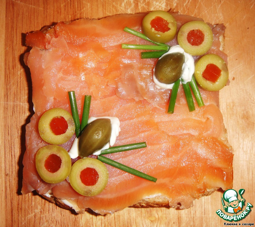Сёмга, сыр «Филадельфия», оливки с перчиком, каперсы, зелёный лук.