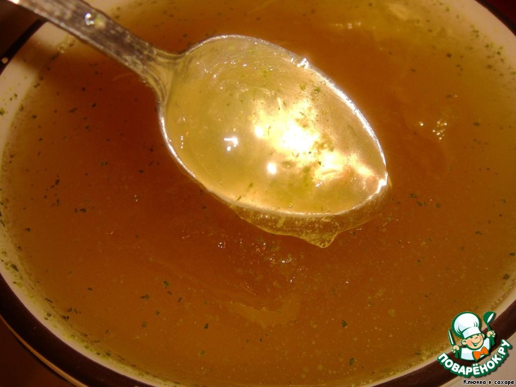 К этому моменту бульон должен достичь консистенции сырого белка.