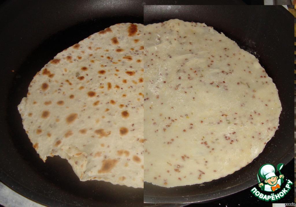 Обжариваем на сухой, хорошо нагретой сковороде с двух сторон. Буквально по 30 секунд с каждой.