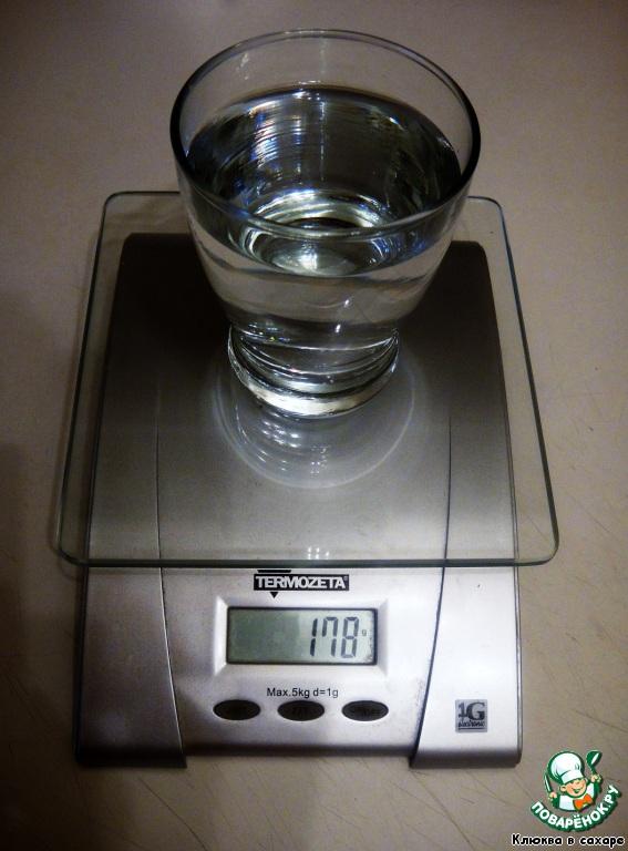 Теперь очень важно рассчитать необходимое количество воды. Запомните пропорцию: на 1 г шоколада требуется 0,89 мл. воды. Воспользуйтесь точными весами, чтобы проверить это соотношение. Например, в данном случае на 200 г шоколада берём 178 мл. воды.