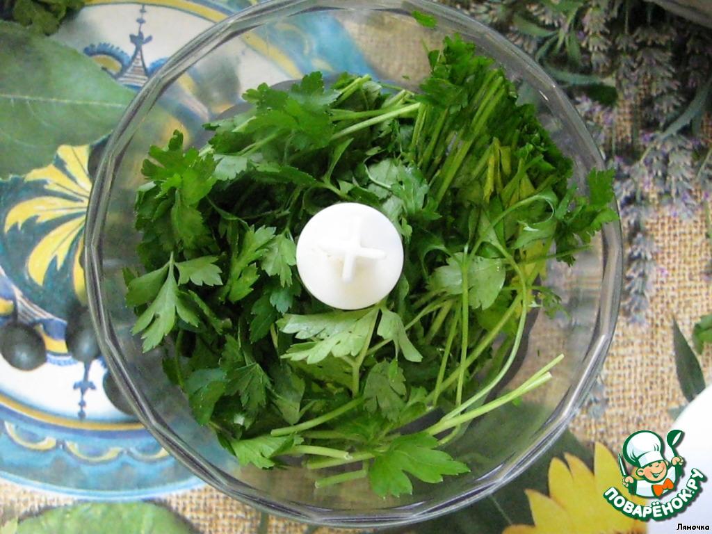 Я делаю этот соус с помощью измельчителя, закладывая петрушку частями, каждый раз добавляя то перец, то помидоры. Добавление к зелени овощей помогает измельчить массу более легко и однородно. Итак, приступим...   Вымытую и обсушенную зелень петрушки сложить в измельчитель.