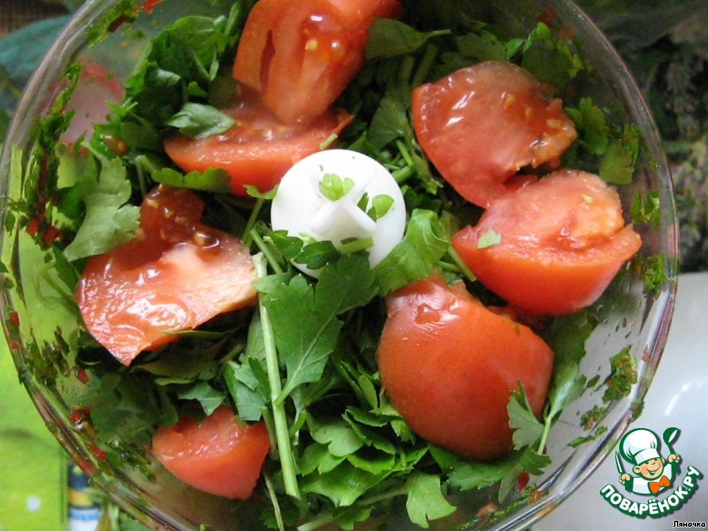 К следующей партии петрушки добавить помидоры и измельчить все.
