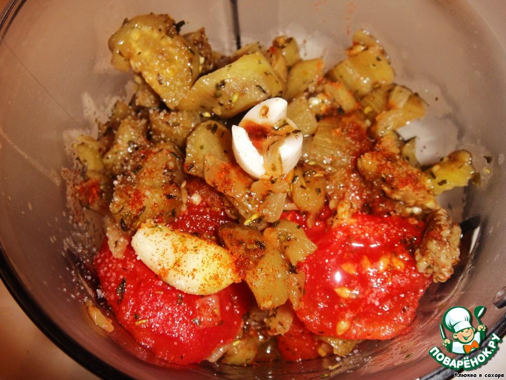 Вынимаем из духовки томаты с чесноком, а баклажаны снимаем с огня. Теперь все овощи надо смешать в блендере, что мы и сделаем, посыпав молотым острым красным перцем.