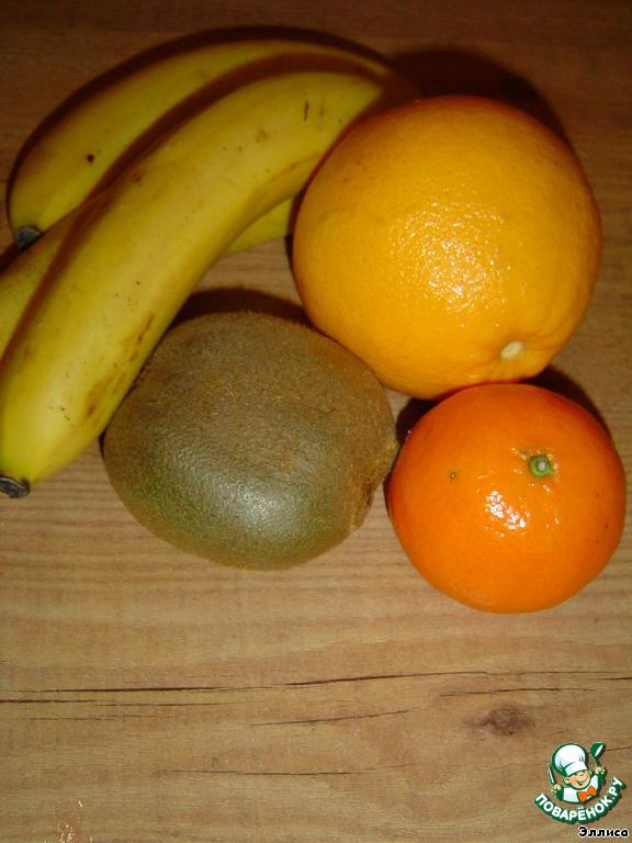 Из мандарина и апельсина выжимаем сок (если хотите получить смузи погуще, то дольки мандарина и апельсина измельчаем в блендере).