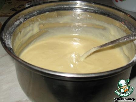 Мягкое масло растираем с сахаром и вводим по одному яйца.    Добавляем разрыхлитель, ванильный сахар, воду и муку. Тесто должно быть не очень густым, но и не жидким.