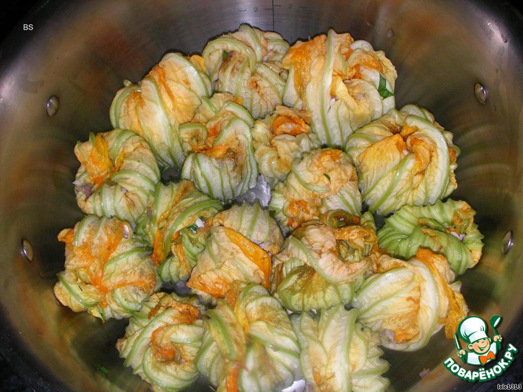 Начинить цветочки (пестики не удаляются, их тоже принимают в пищу) и уложить в кастрюлю.